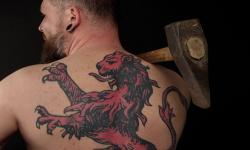 images/Fotos/Portraits/Maenner/thumbs//farbspektrum-loewe-tattoo.jpg