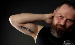 images/Fotos/Portraits/Maenner/thumbs//farbspektrum-mann-tattoo.jpg